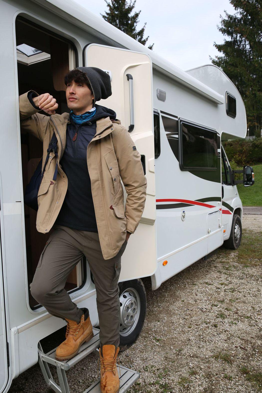 錦榮在「王子的移動城堡」中搭乘露營車在歐洲走透透。圖/亞洲旅遊台提供