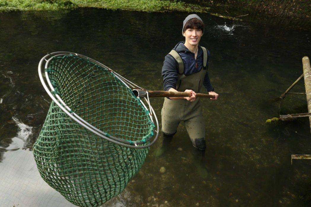 錦榮首次主持旅遊節目,體驗下水撈魚。圖/亞洲旅遊台提供
