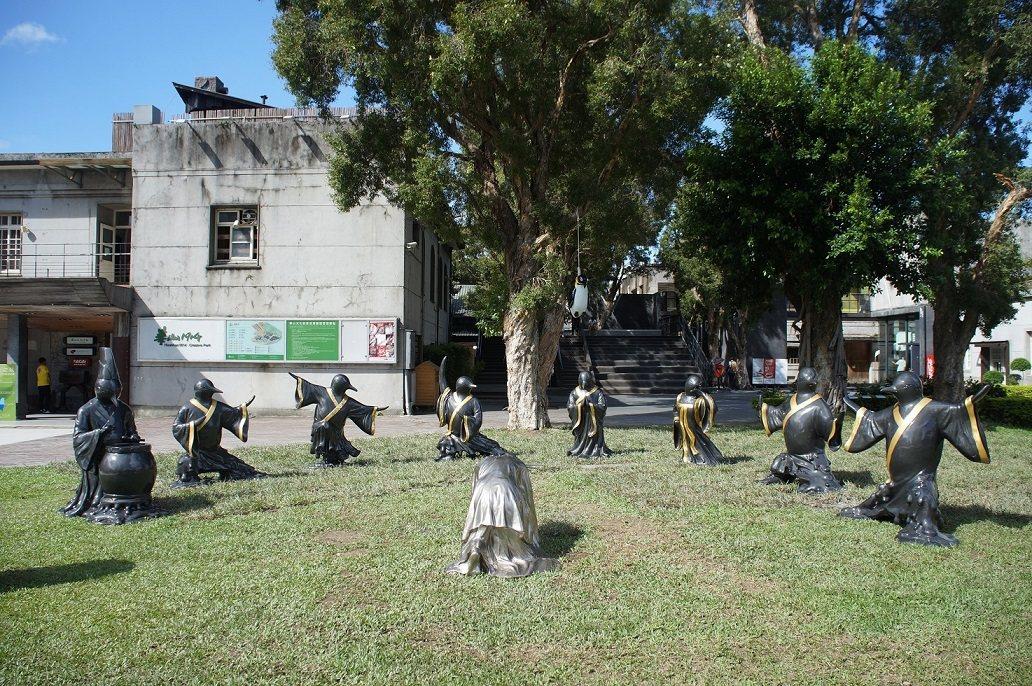 藝術家黃瑞芳作品「自由女神向氣候變遷受難的末代企鵝下跪」即日起在華山文創園區展出...