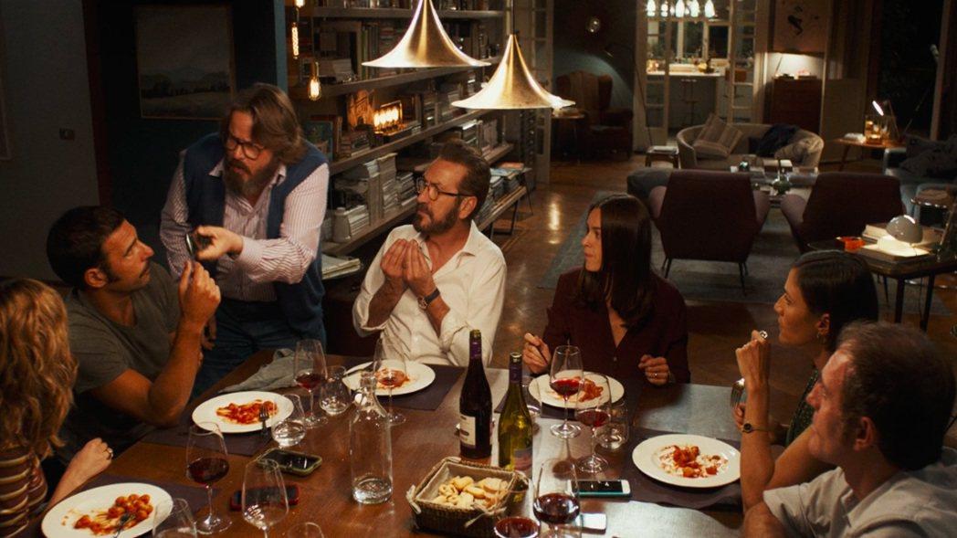 幾對伴侶聚餐卻因而引起軒然大波。圖/海鵬提供
