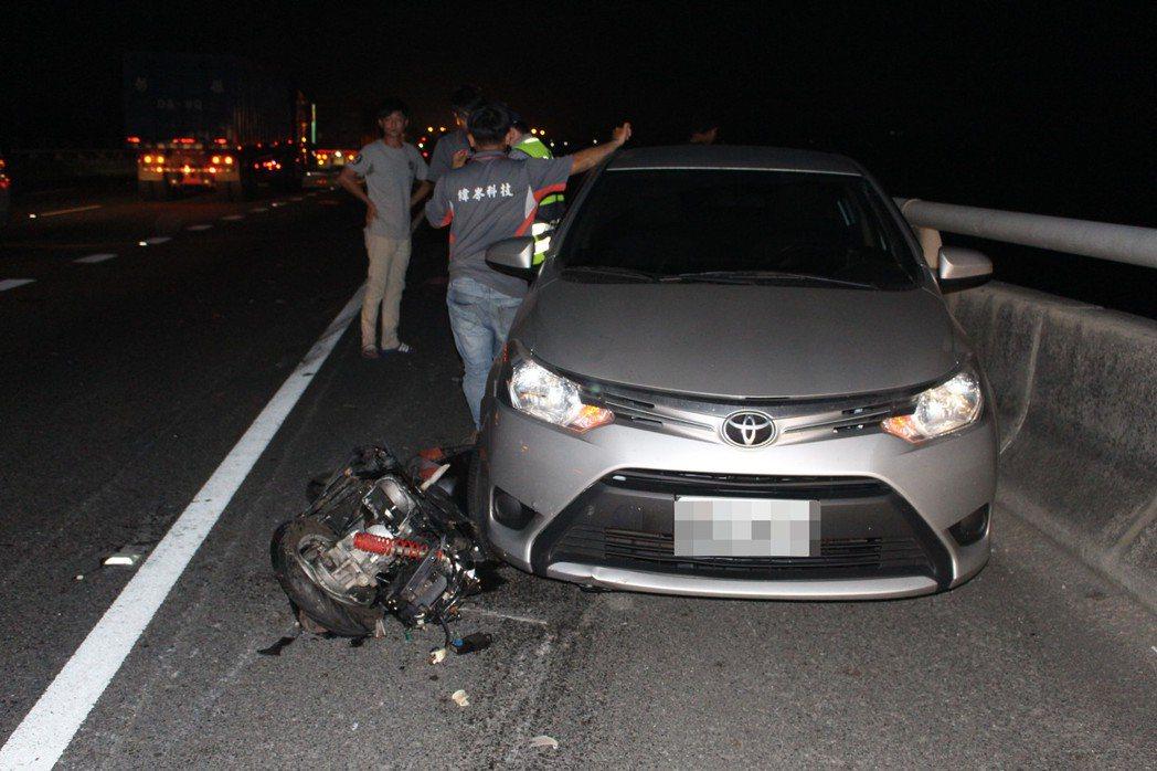 婦人的機車遭到強烈撞擊,嚴重扭曲變形。圖/民眾提供