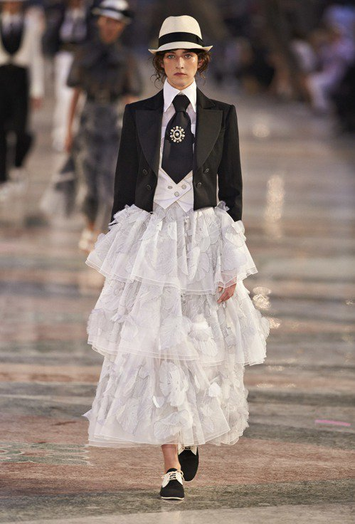 Montex刺繡工坊的精湛工藝在與短版燕尾服西裝外套混搭出優雅性格的長裙中展露無...