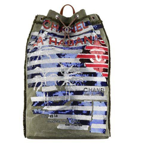 墨綠色亮片刺繡哈瓦那風情後背包,13萬2,600元。圖/香奈兒提供