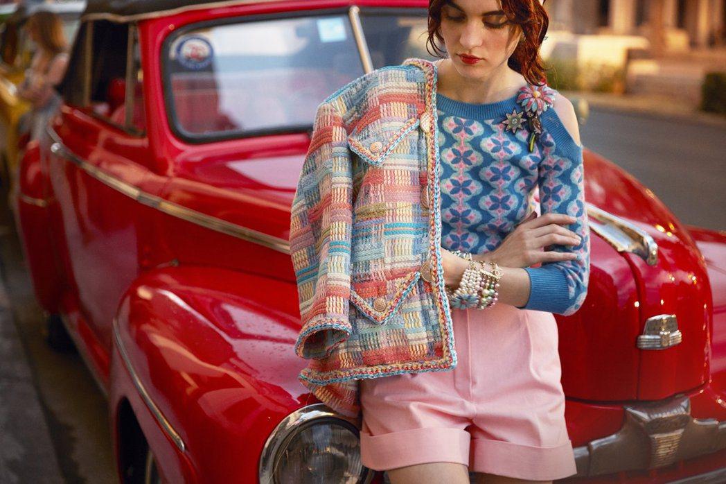 哈瓦那古城鮮豔的巴洛克風貌出現在服裝與配件等單品中,特別用粉彩色調來象徵帶著歲月...