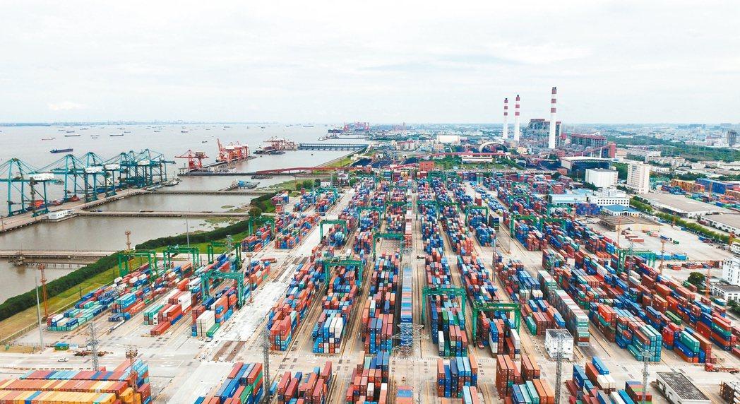 中國大陸國家統計局昨天公布第三季GDP成長率百分之六點七,與上半年持平。大陸經濟...