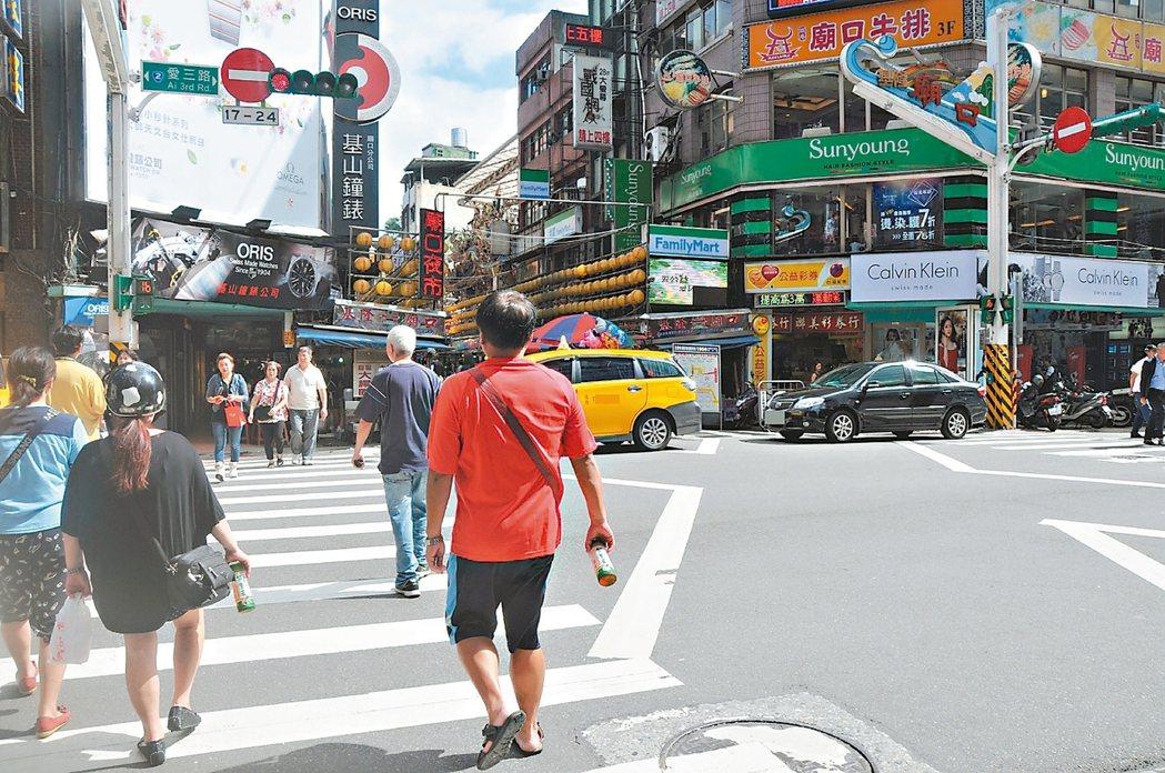 市府在愛三路、仁三路口夜市前設置首條對角線行人穿越道,但違規排班計程車、違停車輛...