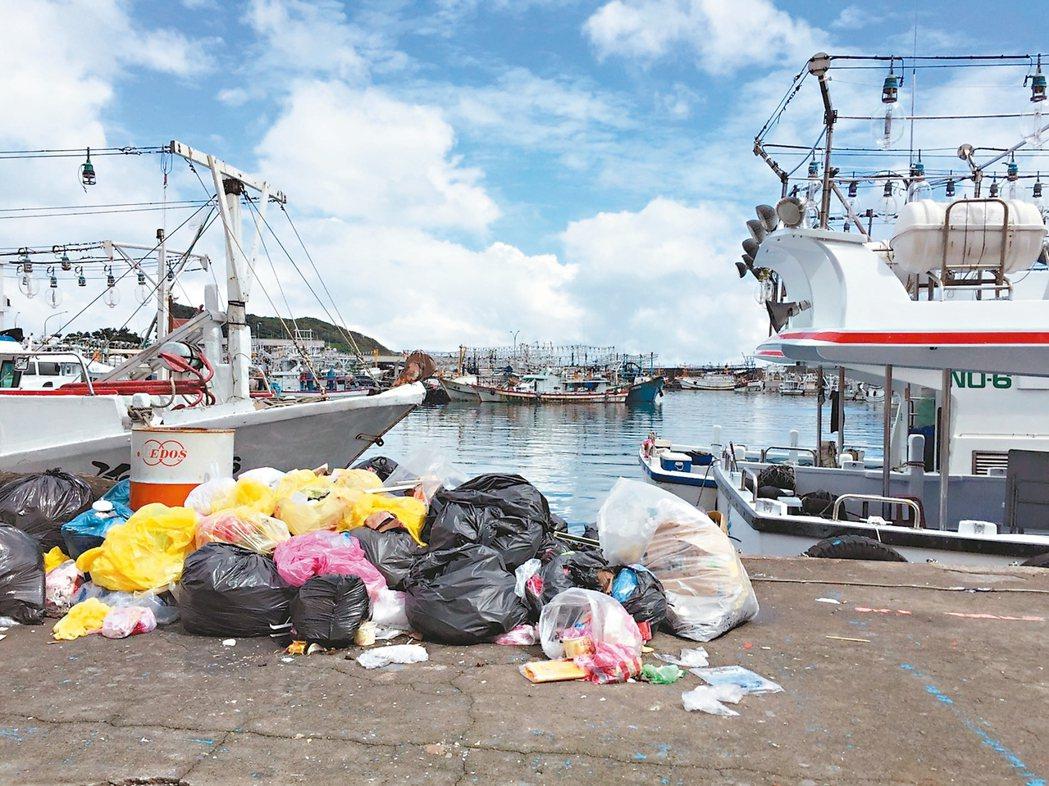 新北市深澳漁港港內飄滿垃圾,有礙觀瞻。 記者張芮瑜/攝影