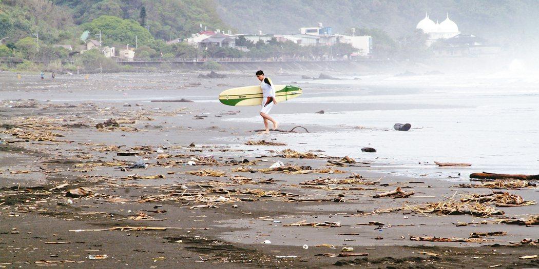 梅姬颱風遺患,衝浪勝地的頭城鎮外澳海灘垃圾清完又漂上岸,清不勝清,讓衝浪客敗興而...