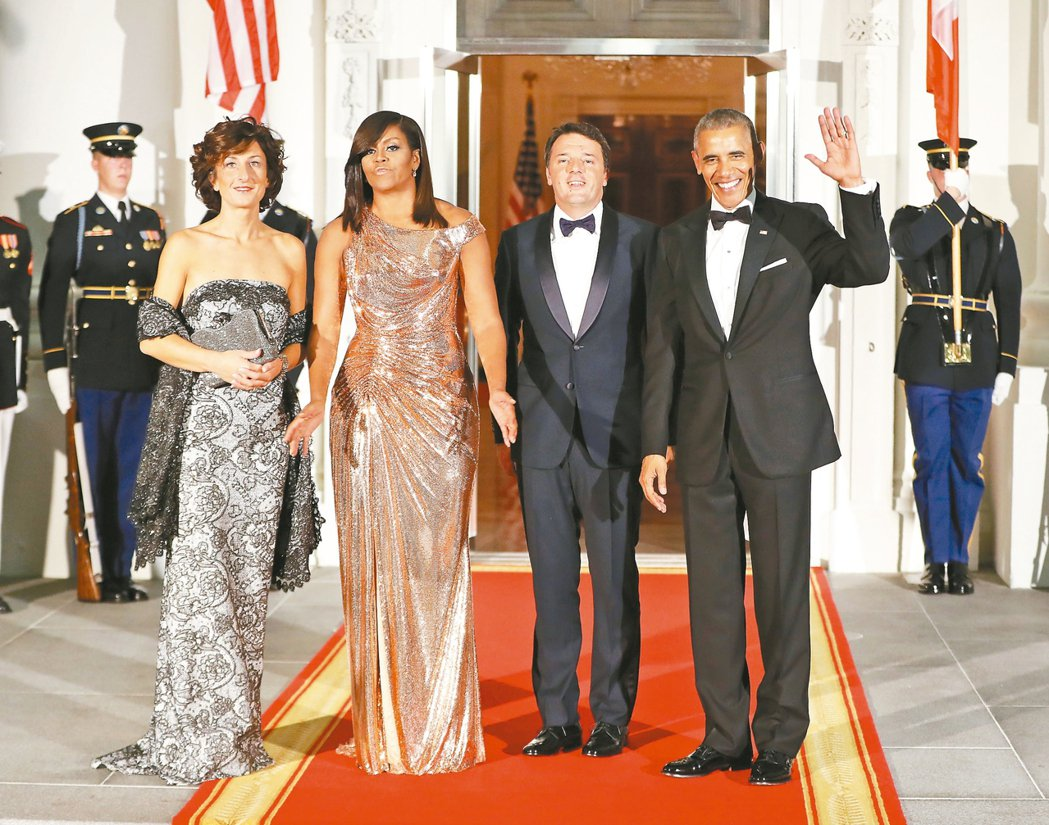 美國總統歐巴馬伉儷(右一、左二)十八日在白宮歡迎義大利總理倫齊夫婦(右二、左一)...