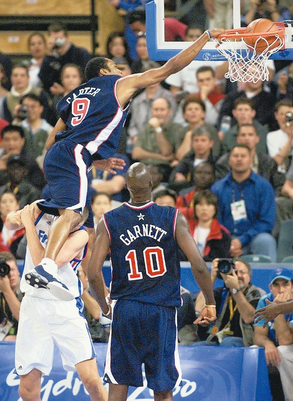 雪梨奧運男籃賽的經典畫面,美國隊卡特飛越法國隊球員爆扣。 資料照片