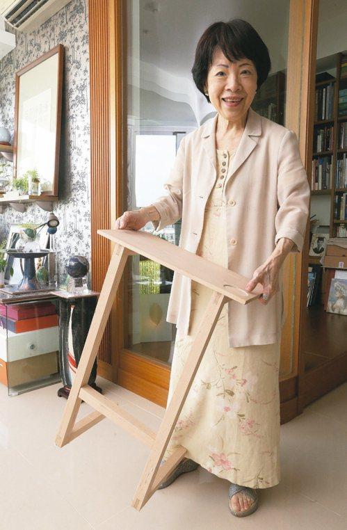黃碧端展示自製的小檯子。 記者胡經周/攝影