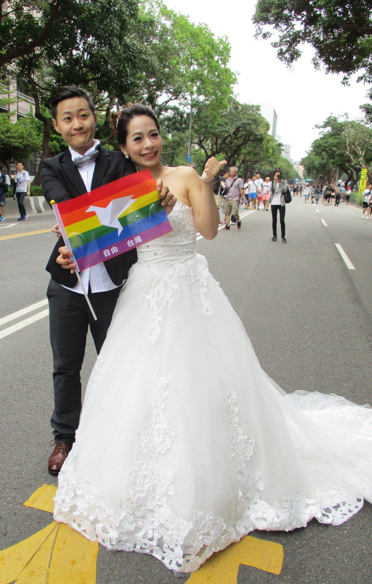 去年的同志大遊行,一對情侶預演婚禮。 本報資料照