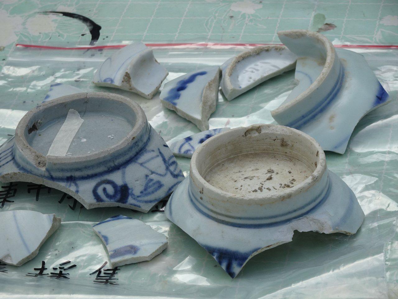 南藝大教授盧泰康認定這些瓷碗片應是清朝貿易瓷。記者翁禎霞/攝影