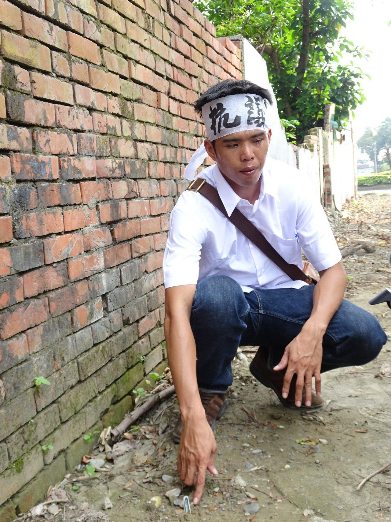 南藝大研究所學生曾鵬璇發現眷村地表就有清朝瓷器的碎片。記者翁禎霞/攝影