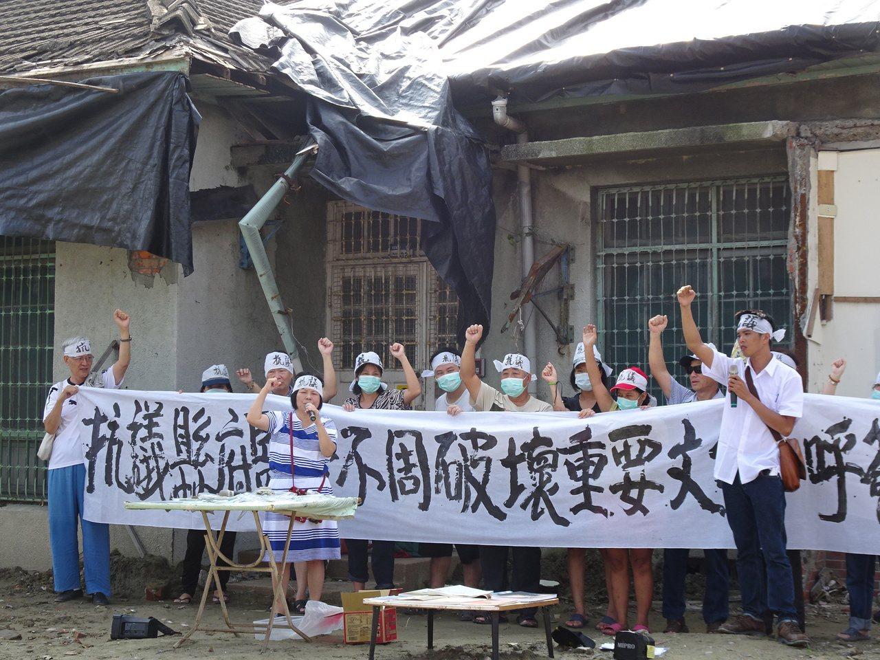 屏東縣議員蔣月惠率眾抗議縣府施工粗糙,古物遭破壞。記者翁禎霞/攝影