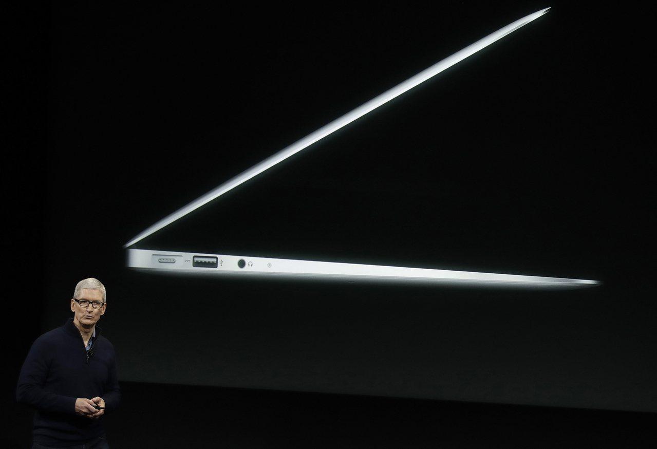 蘋果執行長庫克表示,最新一代MacBookPro機型更為輕巧。 美聯社