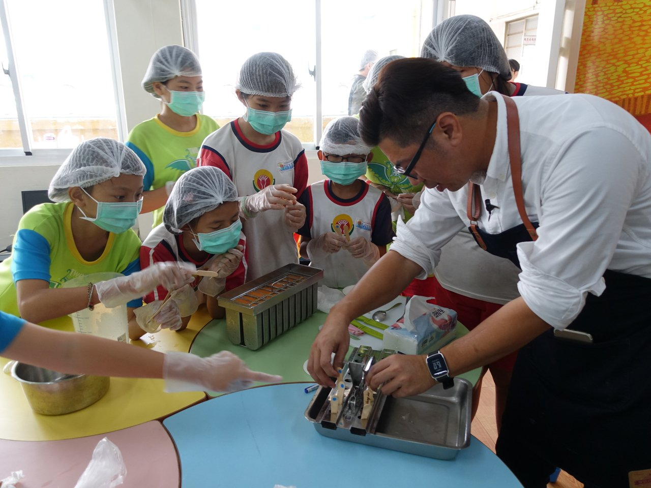 手工冰棒達人洪英哲走進台南市大同國小,教作手工冰棒。記者鄭惠仁/攝影