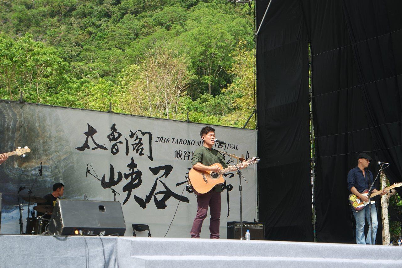 歌手舒米恩賣力演唱曾獲金馬獎最佳原創電影歌曲的《不要放棄》。記者王思慧/攝影