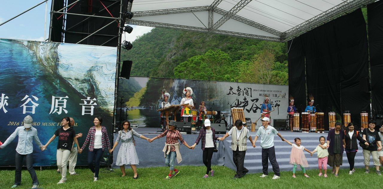 民眾跟著音樂一起圍圈開心跳舞。記者王思慧/攝影