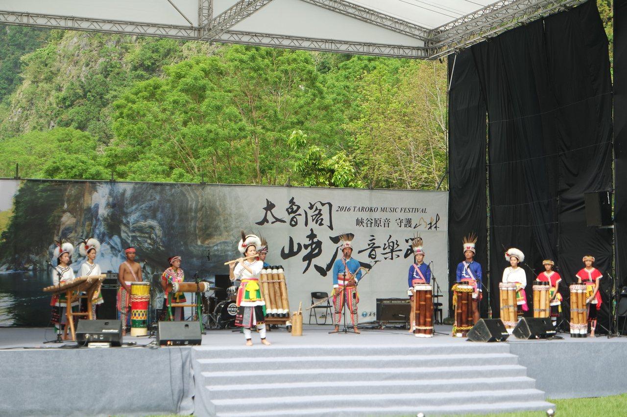 來自台東的「Amis旮亙樂團」演唱多首原民歌曲。記者王思慧/攝影