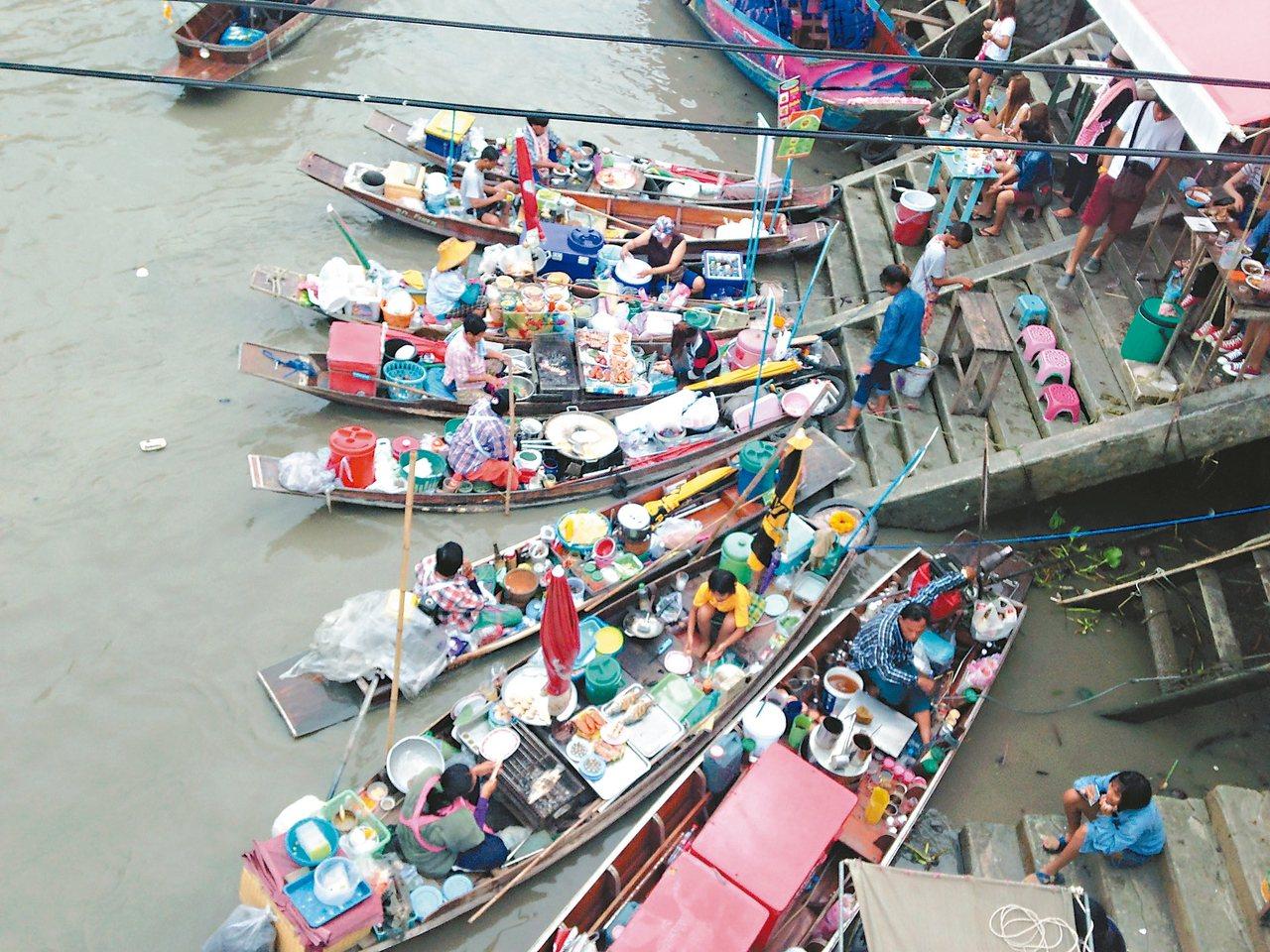數十家的船屋集合,讓人眼花撩亂。 記者梅衍儂/攝影