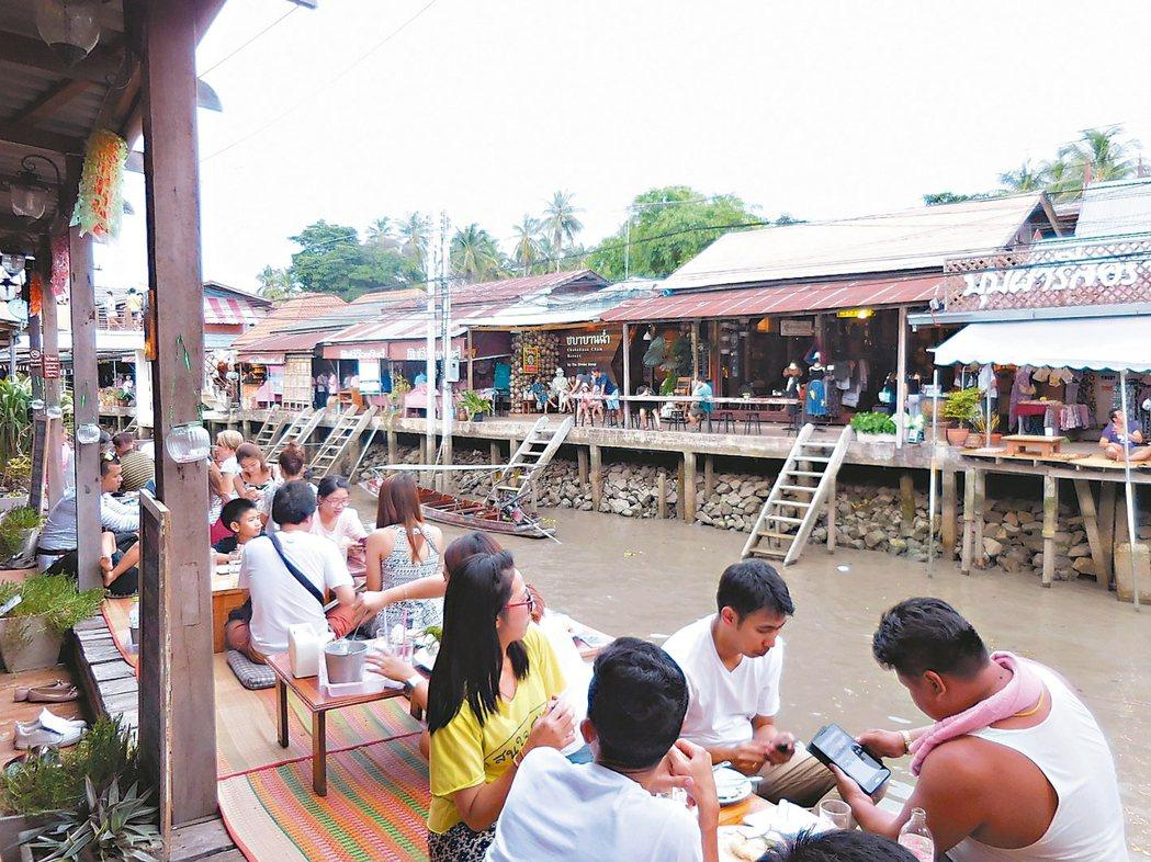 河岸邊客人隨興坐下享用美食。 記者梅衍儂/攝影
