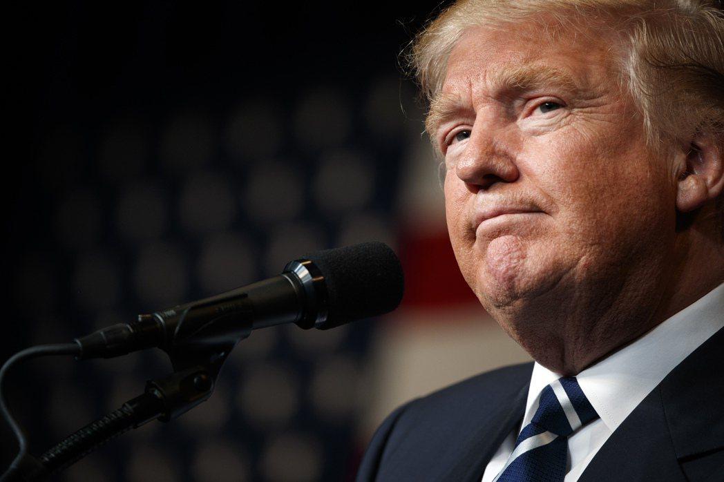 美國總統大選選情激烈,受到「電郵門」案影響,民主黨候選人希拉蕊‧柯林頓支持率首次...