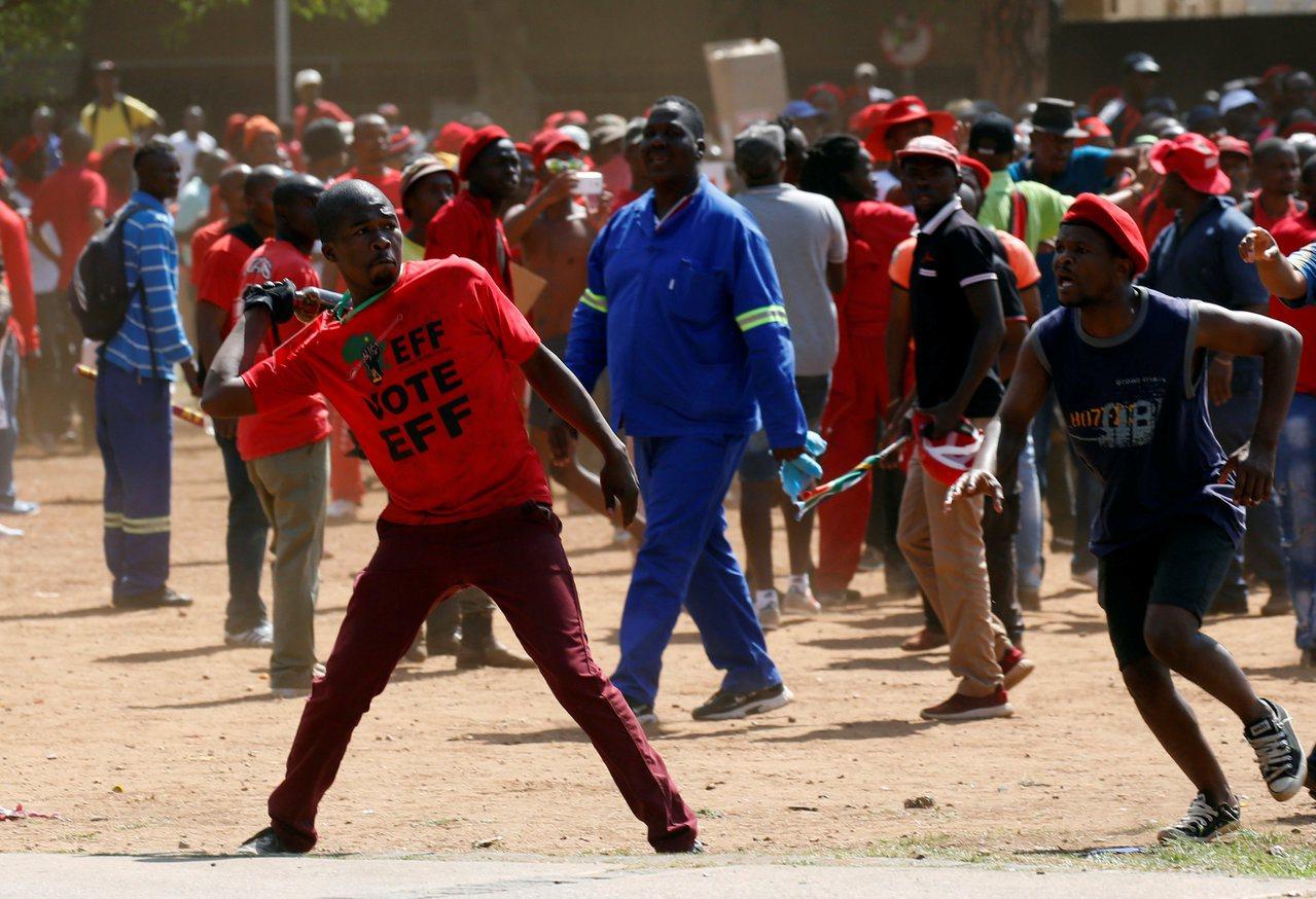 南非數千名抗議者1日在首都普勒托利亞街頭和其他城市發動示威,要求祖馬辭職。路透