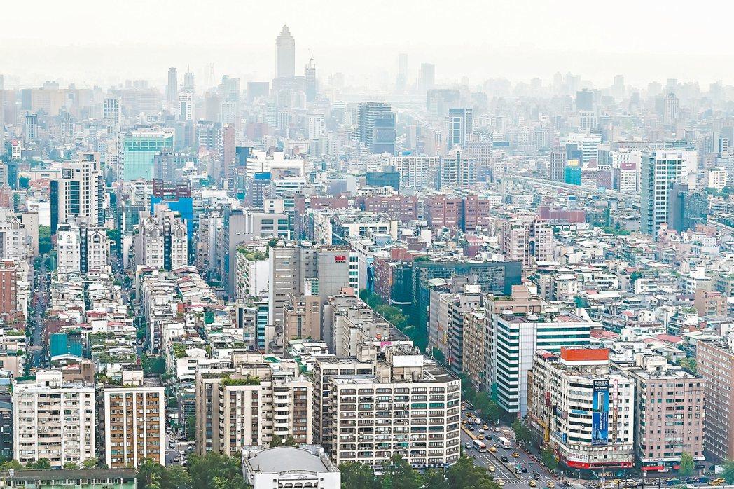 股市房市急凍,行政院長林全昨天宣示不打房、不碰證交稅。下圖為台北市街景。 本報資...
