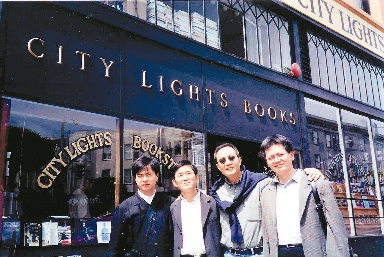90年代,許悔之(左起)、陳義芝、張錯、焦桐於舊金山城市之光書店。 張錯/圖片提...