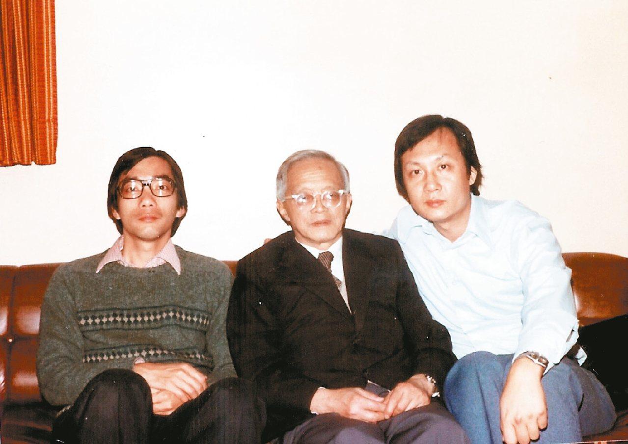 學者鄭樹森(左)1984年與卞之琳(中)、張錯合影於洛杉磯。 張錯/圖片提供