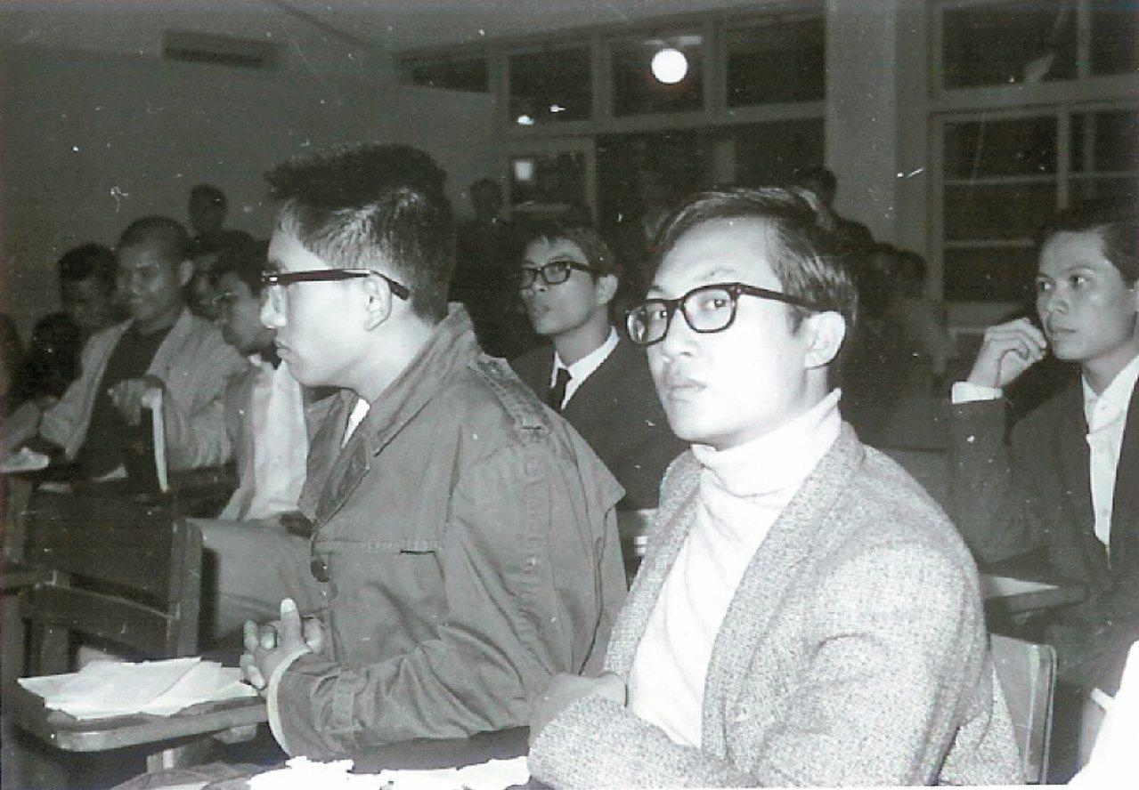 張錯(右)與林懷民於政大,1965年。 張錯/圖片提供