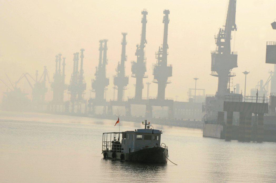 巴黎氣候協定今生效,各國都要積極減少排放。但大陸長年燃燒石化物致空氣汙染嚴重,圖...