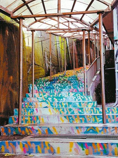 南安國小通學步道完成彩繪後,宛如一條海底隧道。 記者吳佩旻/攝影