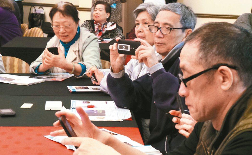 不少年長者也開始使用智慧型手機,「極簡桌面」的App是入門首選。 報系資料照