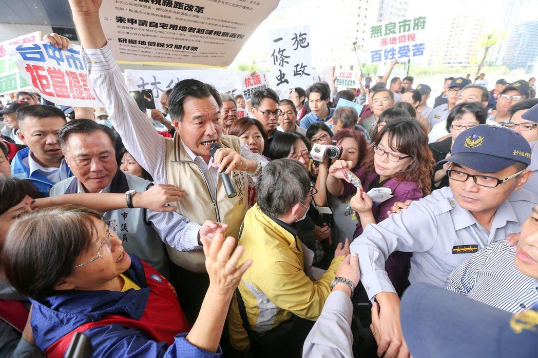 民眾抗議政府「加稅一條龍」,痛批苛政,3日由泛藍議員在台中市政府發動一場大規模抗...