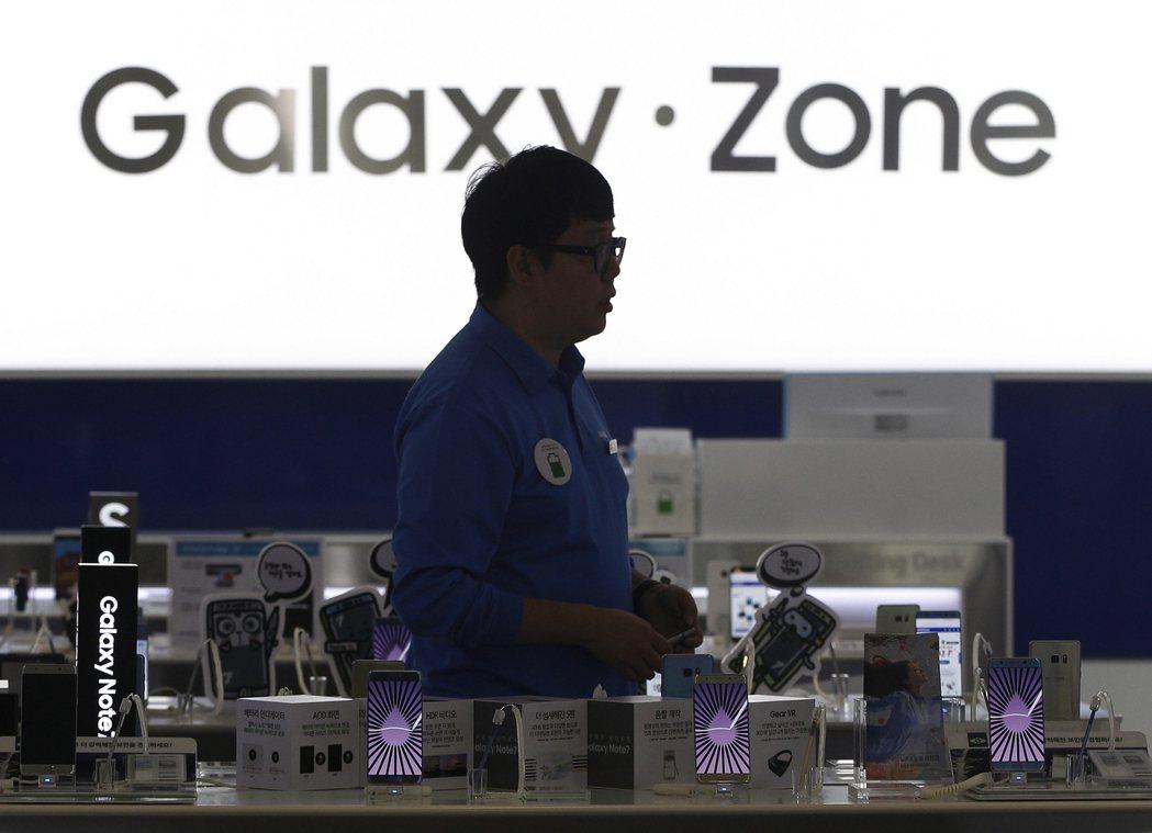 三星Galaxy手機用戶在法國傳起火爆炸案例。 美聯社
