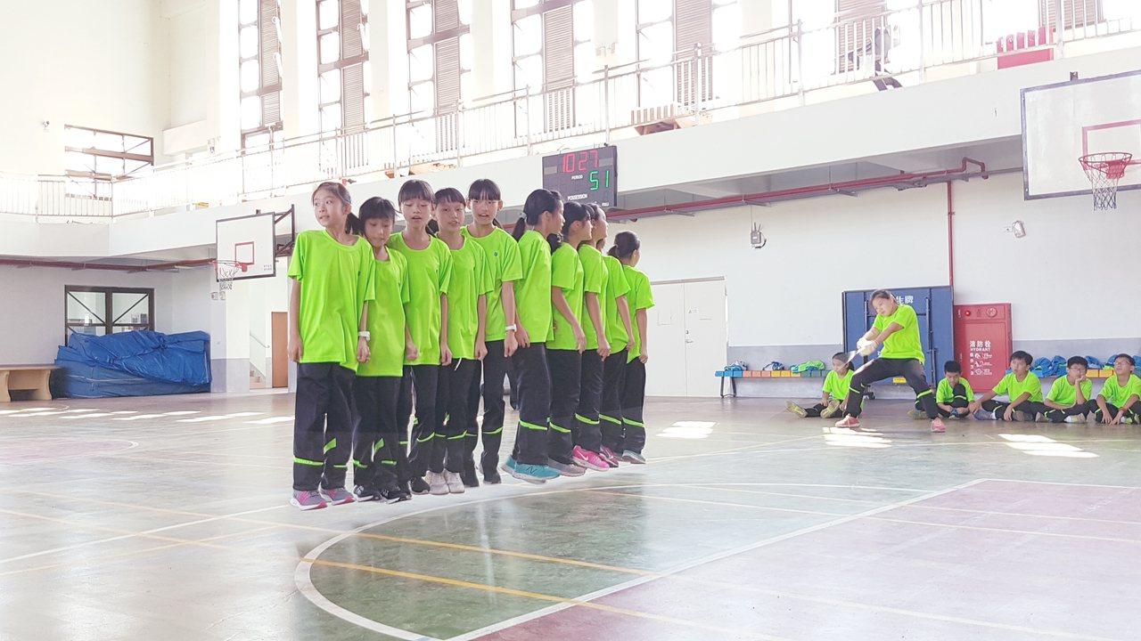 跳繩競賽考驗體力及默契,竹林國小女子組腳步整齊劃一,同時起跳。記者吳佩旻/攝影