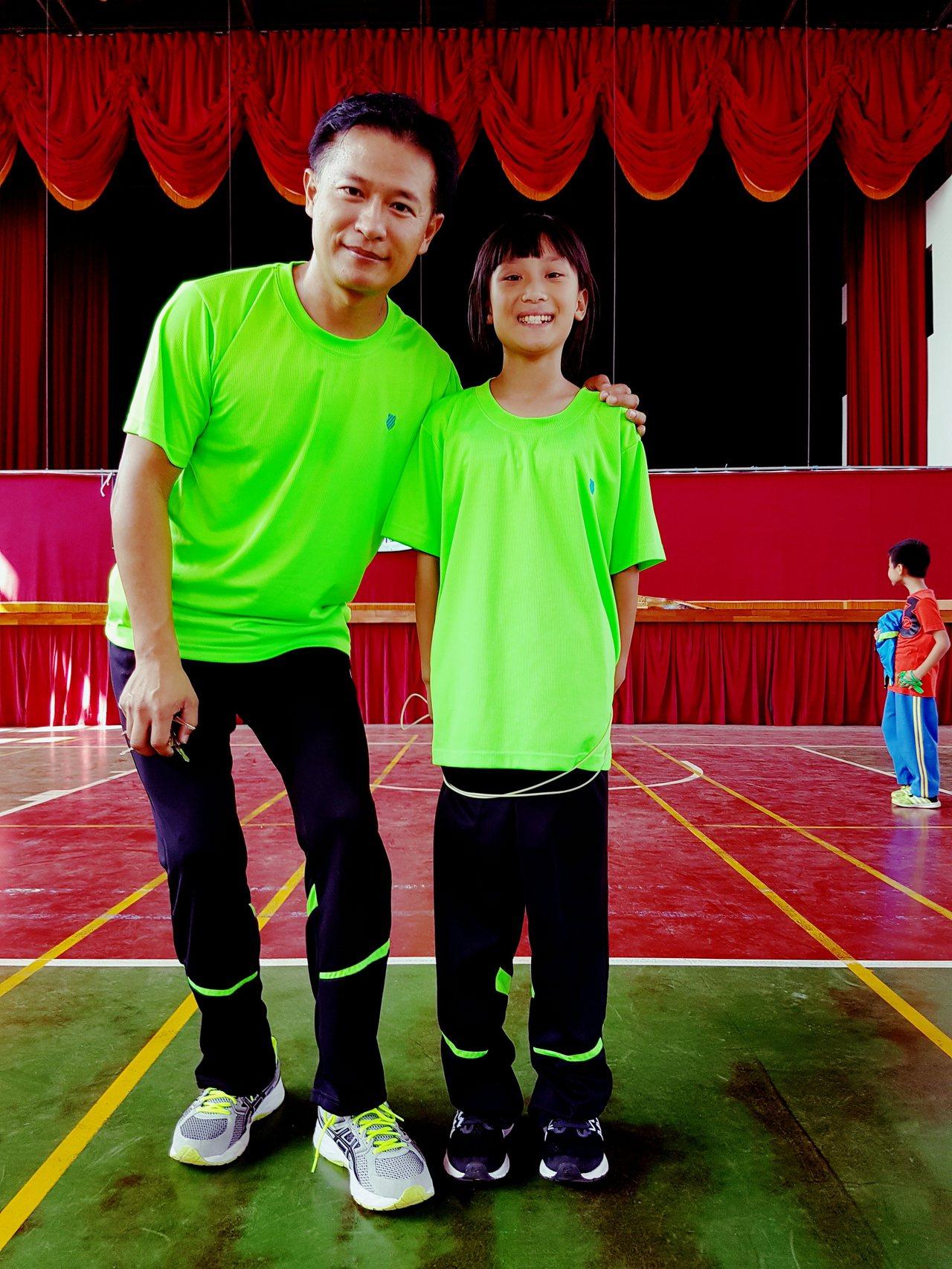 竹林國小跳繩隊教練林惠群(左)重返母校傳授技藝,學生陳貞(右)獲得個人花式比賽第...