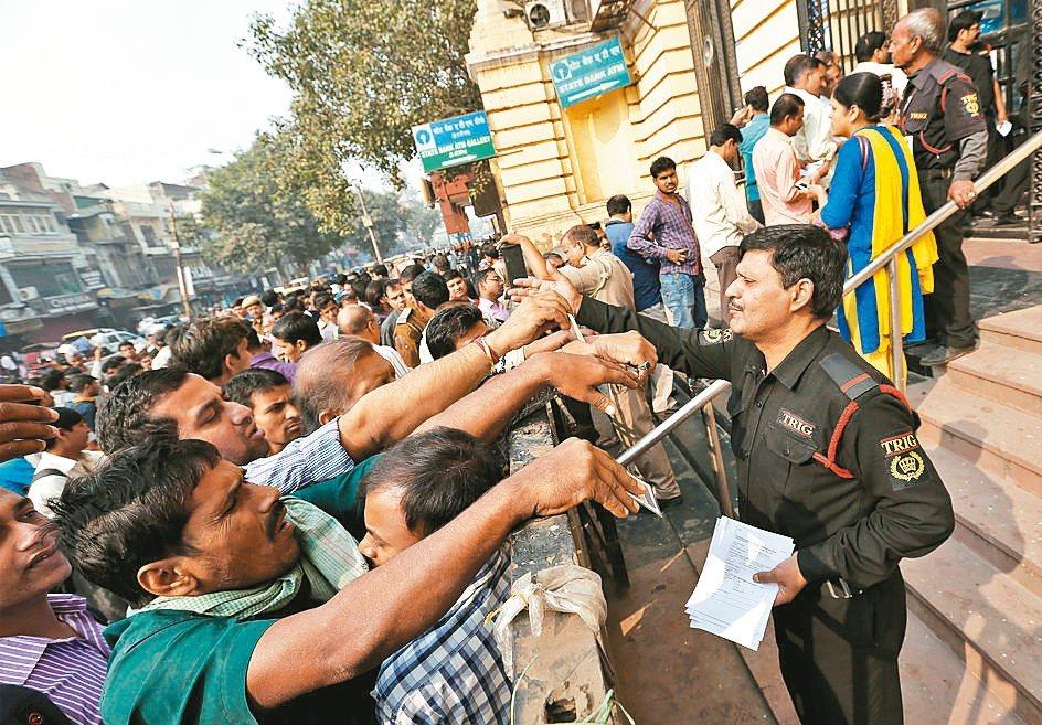 印度總理莫迪廢止市面上廣為流通的500盧比與1,000盧比鈔票,迫使民眾在銀行大...