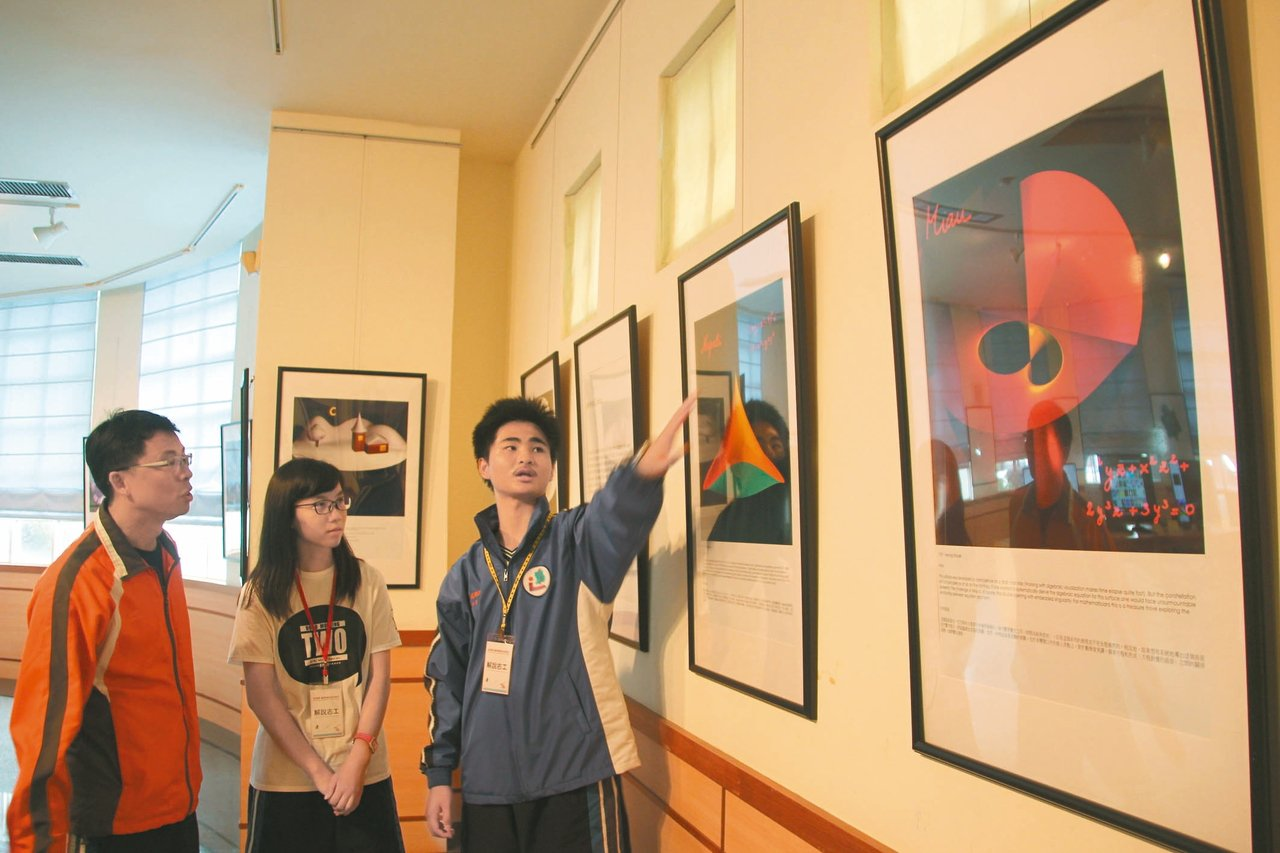 溪湖高中舉辦數學印象巡迴展,學生也學習導覽,校長楊豪森(左)說,中華民國數學會引...