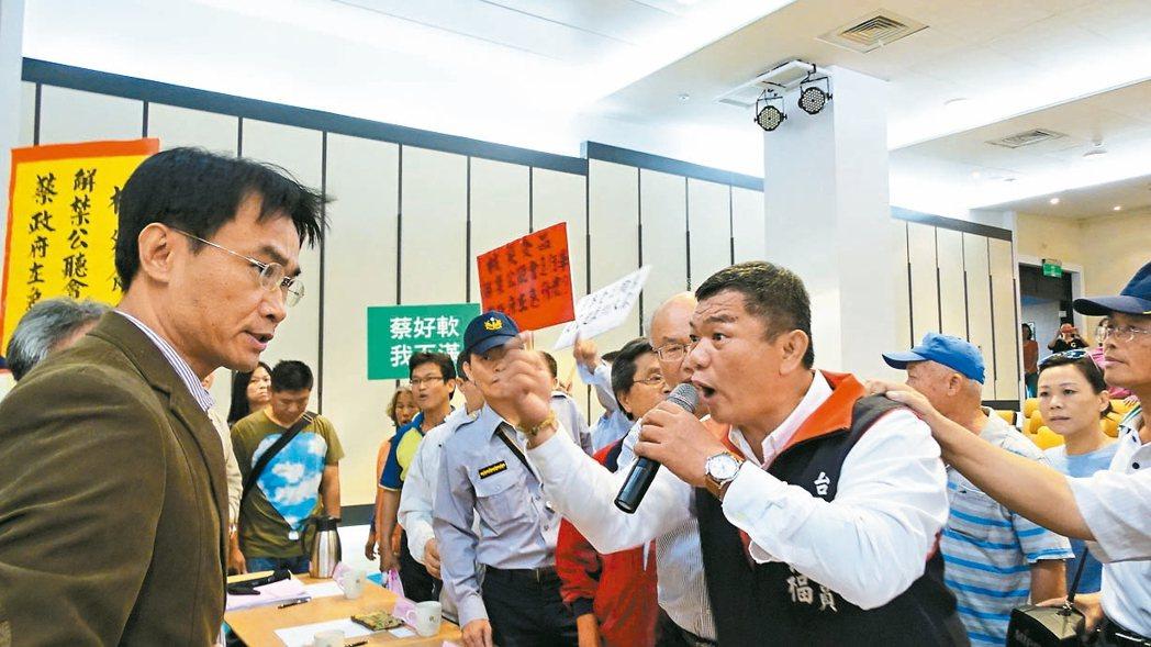 台南市議員盧崑福(右)咆哮農委會副主委陳吉仲(左)公聽會是黑箱作業。 記者謝進盛...