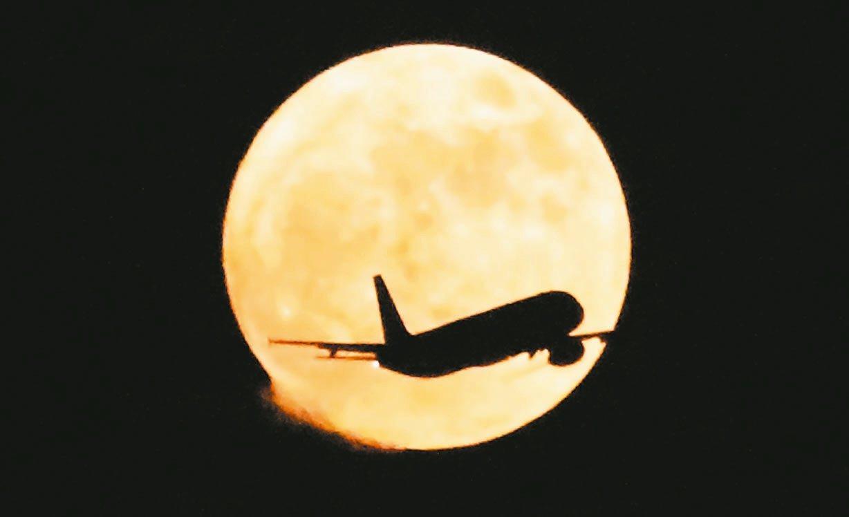 台北松機旁出現飛機飛過月亮的畫面。 記者鄭惠仁、陳正興/攝影
