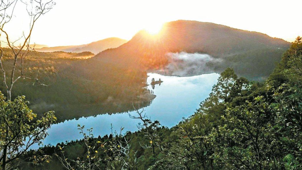 太平山翠峰湖最近適逢難得一見的滿水位,許多民眾搶看晨曦倒映美景。 圖/太平山莊經...