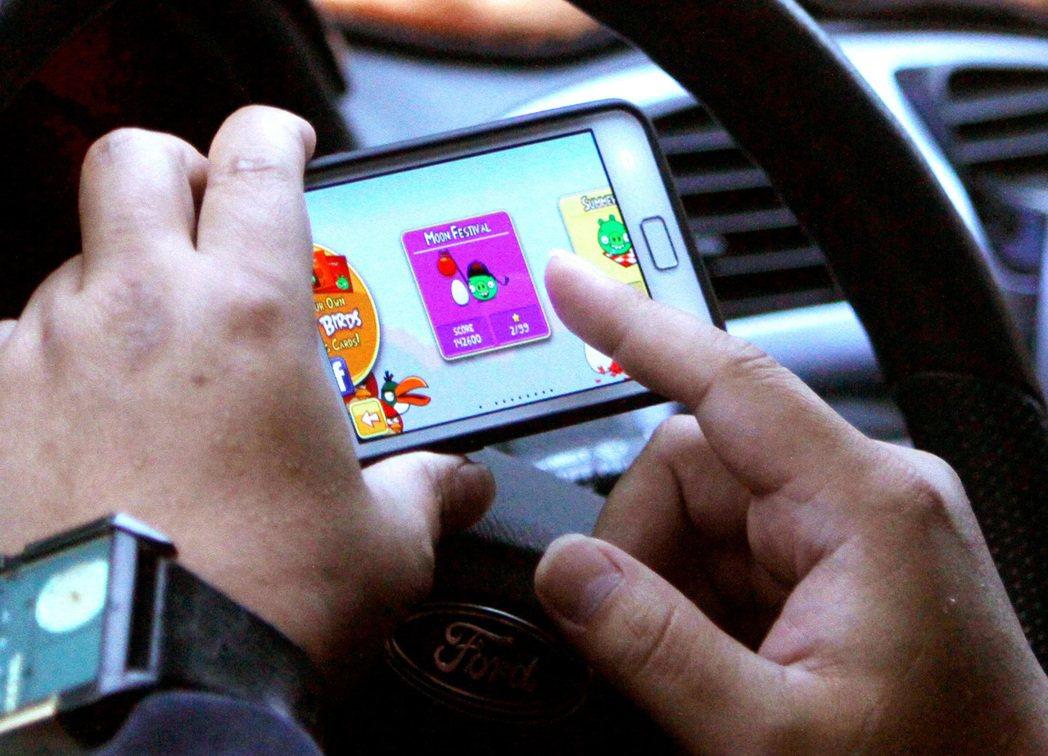 以色列軟體供應商Cellebrite的員工就能破解上鎖的智慧手機,獲取內部資料。...