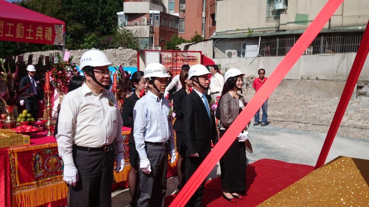 台北市副市長林欽榮(左二)今日在天母「鳳凰華廈」動土典禮中強調,都更最後一哩路需...