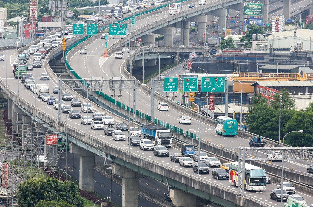 國道計費收費實施將近3年,交通部將檢討通行費費率,有交通學者建議取消每天20公里...