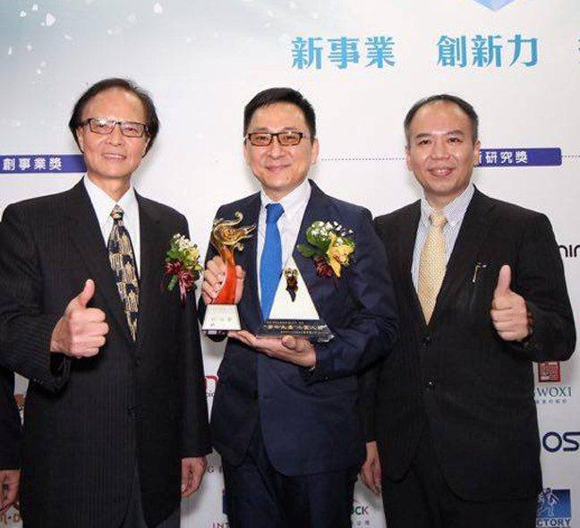 經濟部中小企業處處長葉雲龍(左起)頒獎給森田生醫公司執行長周俊旭後,與產學合作的...