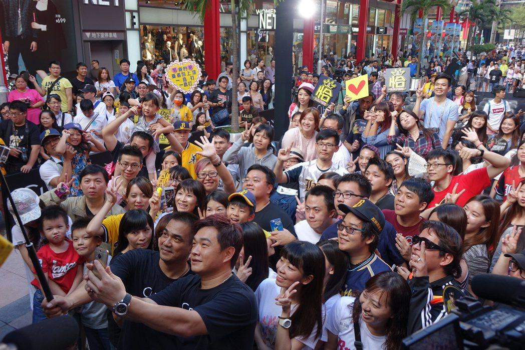 陳金鋒、彭政閔與球迷自拍合照。記者謝靜雯/攝影