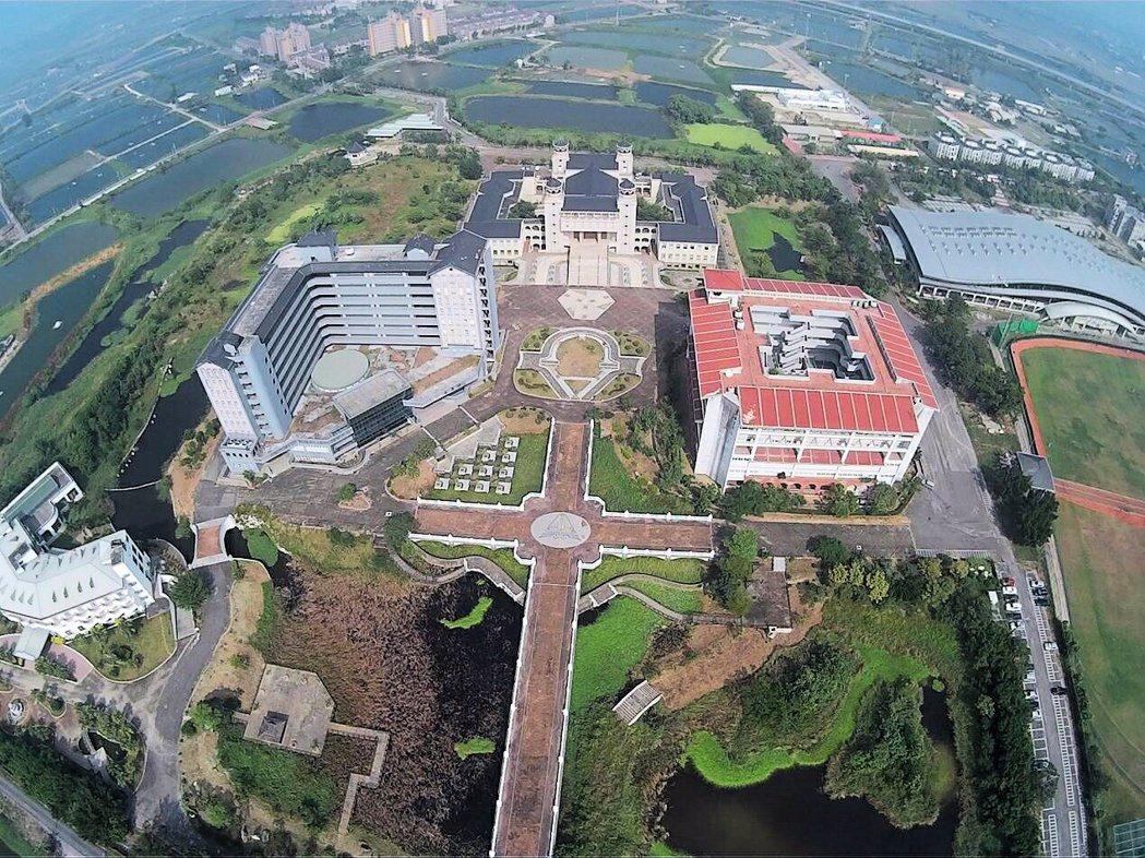 真理大學台南麻豆校區校景優美,空拍校園可清晰看到該十字橋兩側生態池。圖/真理大學...